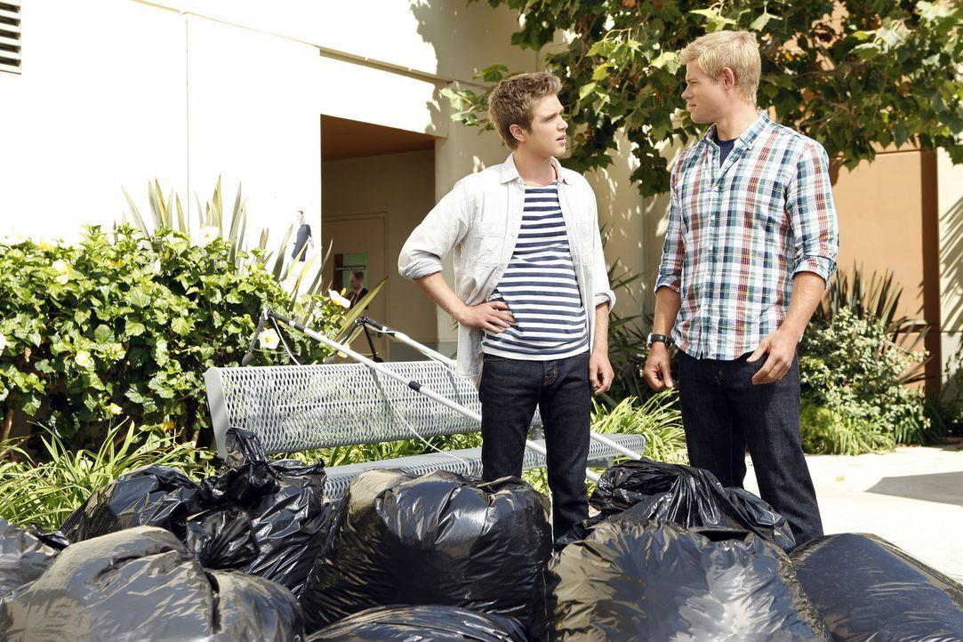 Ian (Kyle Riabko, l.) möchte Teddy (Trevor Donovan, r.) helfen, zu sich selbst zu stehen, doch der Schuss geht nach hinten los ... - Bildquelle: 2010 The CW Network. All Rights Reserved.