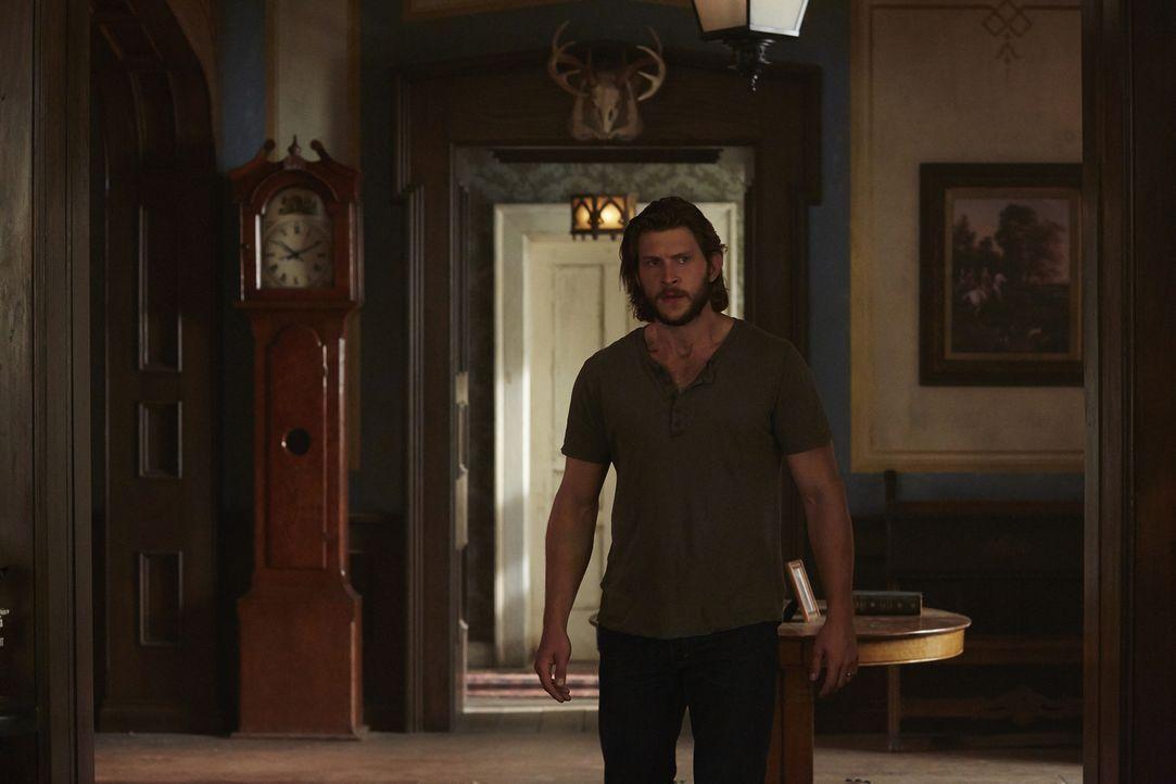 Während Logan versucht, seine Freundin zu retten, verzweifelt Clay (Greyston Holt) fast daran, dass er nicht weiß, wo Elena ist ... - Bildquelle: 2015 She-Wolf Season 2 Productions Inc.
