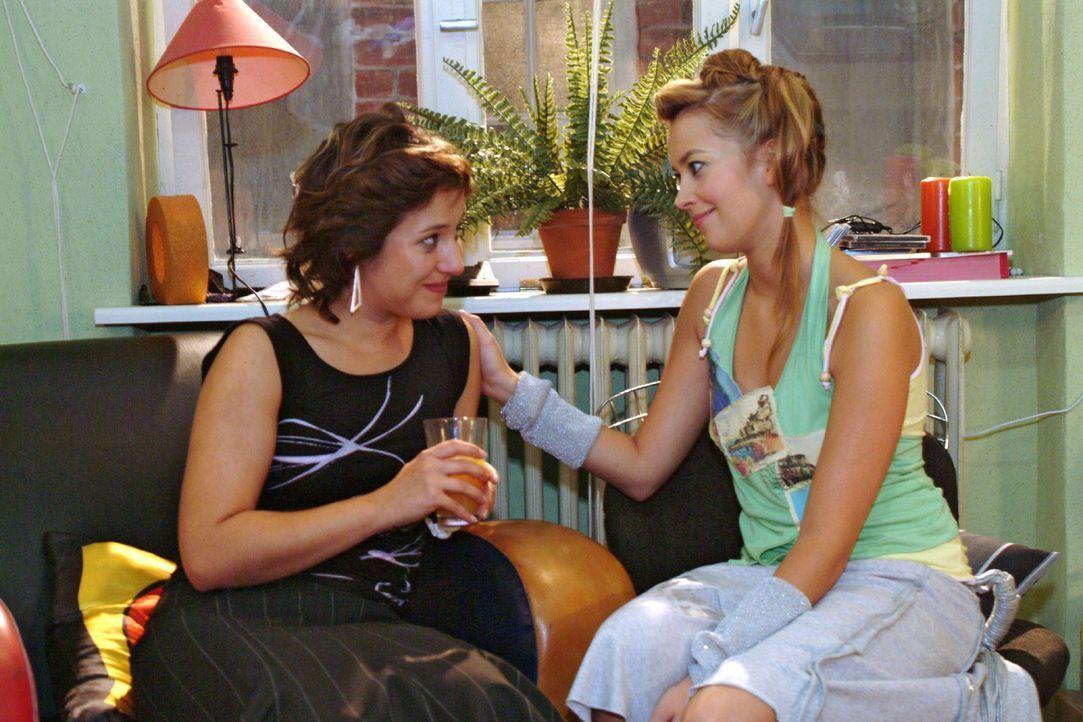 Hannah (Laura Osswald, r.) schafft es, die niedergeschlagene Yvonne (Bärbel Schleker, l.) aufzuheitern - und gibt ihr den Rat, Max nicht so schnell... - Bildquelle: Monika Schürle Sat.1