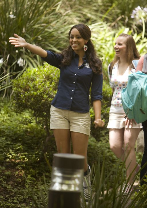 Ashleigh (Amber Stevens, l.), die sich mit ihrer Kreditkarte hoch verschuldet hat, hat endlich einen Job gefunden und führt Besucher durch die CRU .... - Bildquelle: 2008 ABC Family