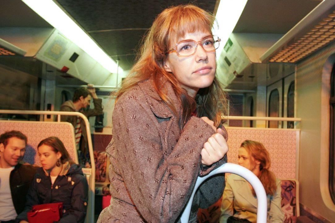 Davids Liebesgeständnis lässt Lisa (Alexandra Neldel) in die S-Bahn flüchten, wo sie verzückt innehält. (Dieses Foto von Alexandra Neldel darf... - Bildquelle: Noreen Flynn Sat.1