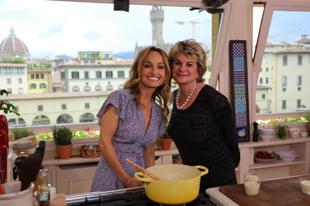 Gemeinsam mit ihrer Tante Raffy (r.) versucht sich Giada (l.) an einem norditalienischen Reisgericht, für das auch schon ihre Großmutter eine Schwäc... - Bildquelle: 2016,Television Food Network, G.P. All Rights Reserved