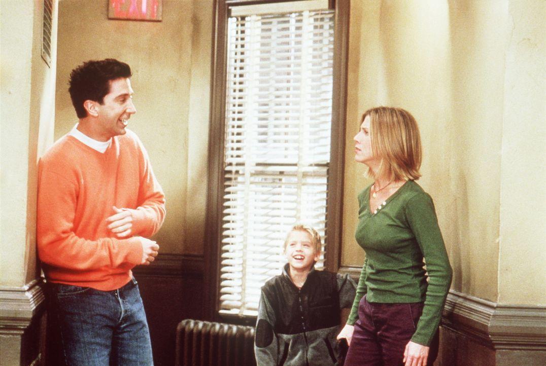 Rachel (Jennifer Aniston, r.) soll auf Ross' (David Schwimmer, l.) Sohn Ben (Cole Sprouse, M.) aufpassen, was sie eigentlich nicht gerne macht, weil... - Bildquelle: TM+  2000 WARNER BROS.