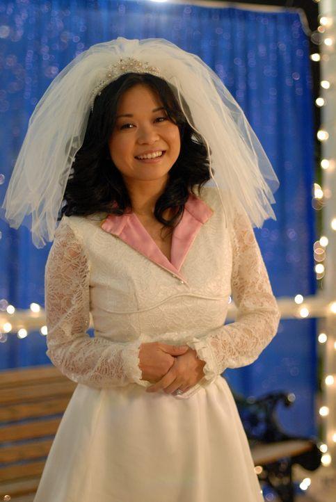 Lorelai hat das Hochzeitskleid von Lanes (Keiko Agena) Mutter so abgeändert, dass es nun auch der Braut gefällt ... - Bildquelle: Copyright Warner Brother International Television