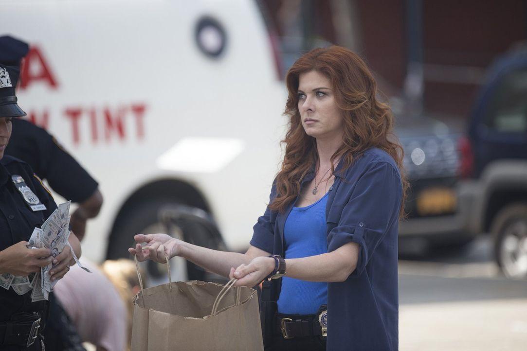 Die Aufklärung eines Falls führt Laura (Debra Messing) zu einer ganzen Menge an unterschlagenem Geld ... - Bildquelle: 2015 Warner Bros. Entertainment, Inc.