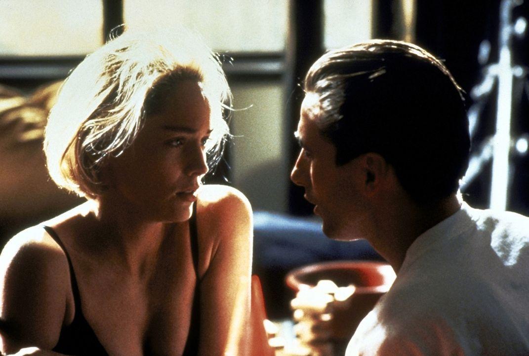 Der Anziehungskraft von Zeke (William Baldwin, r.) kann sich Carly (Sharon Stone, l.) nicht mehr entziehen. - Bildquelle: Paramount Pictures
