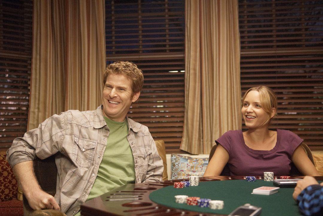 Ein Pokerspiel unter Freunden: Mike Callahan (Jamie Kaler, l.) und P.J. (Jordana Spiro, r.) - Bildquelle: 2006 Sony Pictures Television Inc. All Rights Reserved.