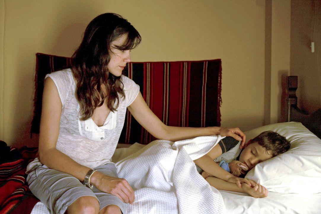 Claudia (Bettina Zimmermann, l.) kann einfach nicht glauben, dass Thomas sie mit Timmy (Jannis Michel, r.) sitzen gelassen hat. - Bildquelle: Sat.1