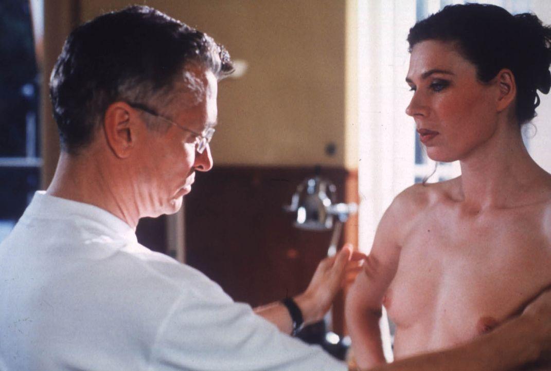 Eine Videokassette, die die Polizei am Tatort findet, führt diese in die Praxis des Schönheitschirurgen Hanno (Henry Hübchen, l.) ... - Bildquelle: Katrin Knoke ProSieben