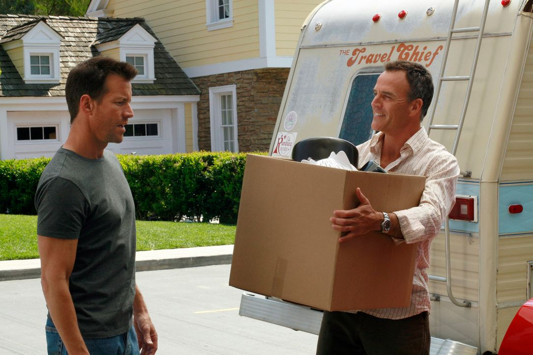 Mike (James Denton, l.) und Karl (Richard Burgi, r.) geraten wegen Susan aneinander ... - Bildquelle: 2005 Touchstone Television  All Rights Reserved