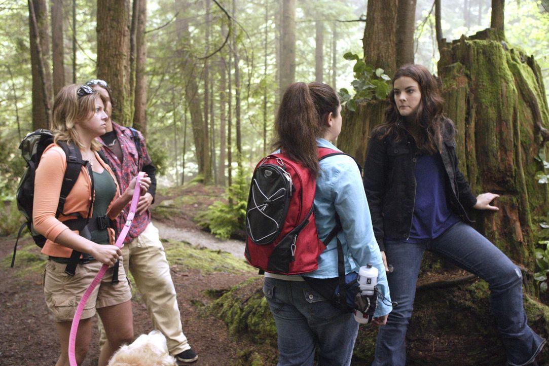 Jessi (Jaimie Alexander, r.) ist auf der Suche nach Antworten auf ihre Fragen. Was sie lediglich findet, sind einige Wanderer im Wald, in dem sie si... - Bildquelle: TOUCHSTONE TELEVISION