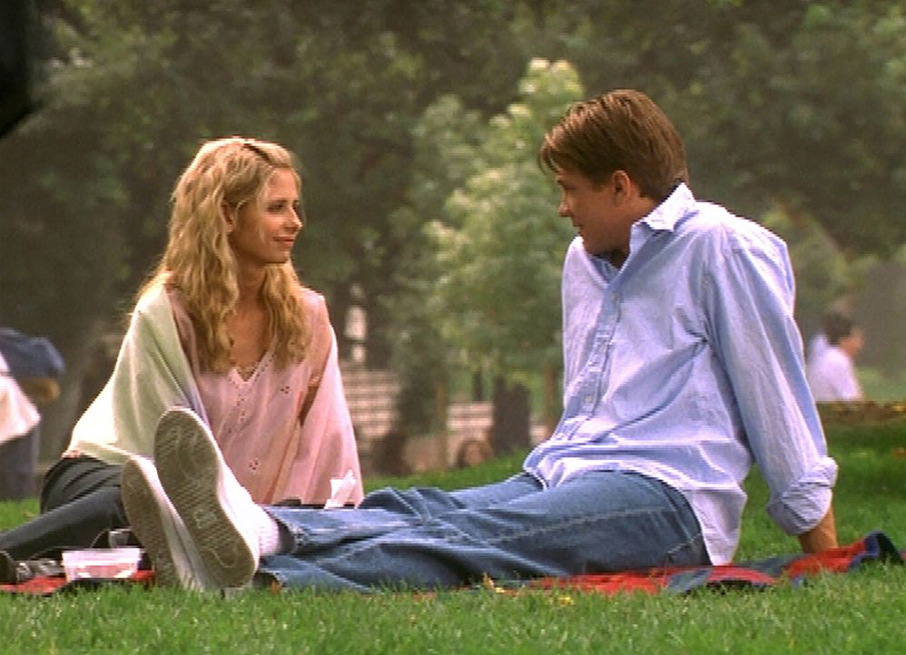 Riley (Marc Blucas, r.) hat Buffy (Sarah Michelle Gellar) zu einem Picknick eingeladen. - Bildquelle: TM +   2000 Twentieth Century Fox Film Corporation. All Rights Reserved.