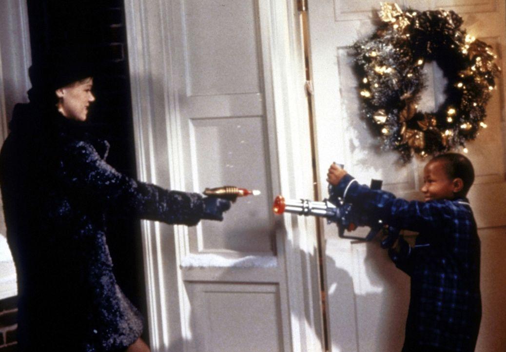 Sabrina (Melissa Joan Hart, l.) verkleidet sich als Weihnachtsmann und rettet Salem aus den Klauen von Rex (Seth Adkins, r.). - Bildquelle: Paramount Pictures