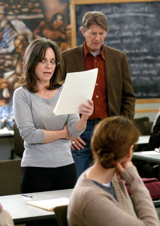 Findet nicht nur an ihrem Schriftstellerkurs ein ausgeprägtes Interesse, sondern auch an ihrem Professor Mark August (Peter Coyote, r.): Nora (Sally... - Bildquelle: Disney - ABC International Television
