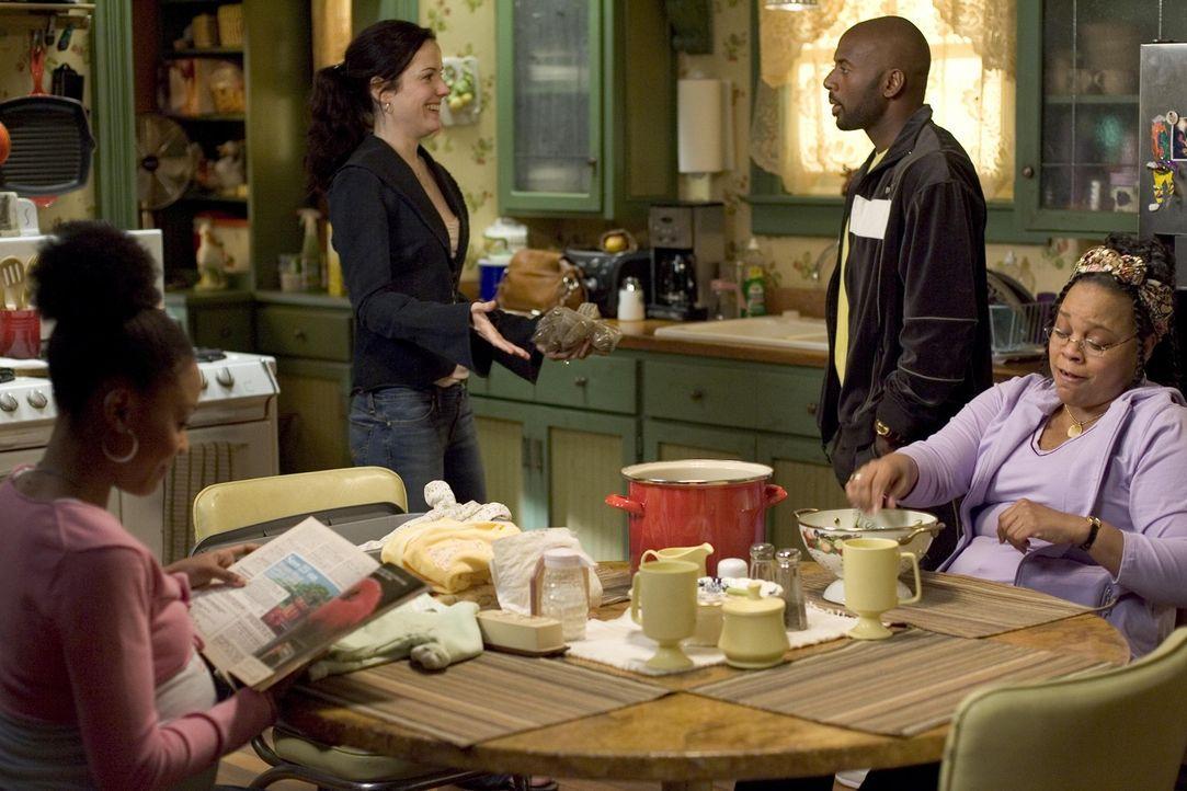 Nancy (Mary-Louise Parker, 2.v.l.) holt sich bei Heylia (Tonye Patano, r.) und Conrad (Romany Malco, 2.v.r.) Nachschub ... - Bildquelle: Lions Gate Television