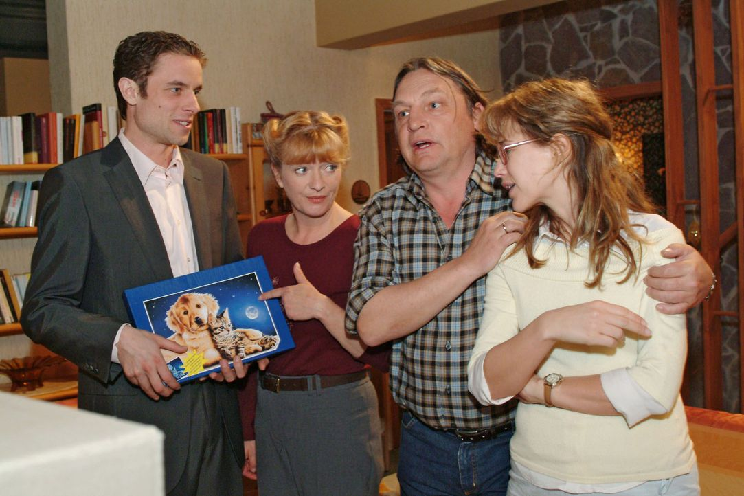 Vor allem für Lisa (Alexandra Neldel, r.) überraschend taucht Max (Alexander Sternberg, l.) bei den Plenskes auf - und bringt zur Freude von Helga... - Bildquelle: Sat.1