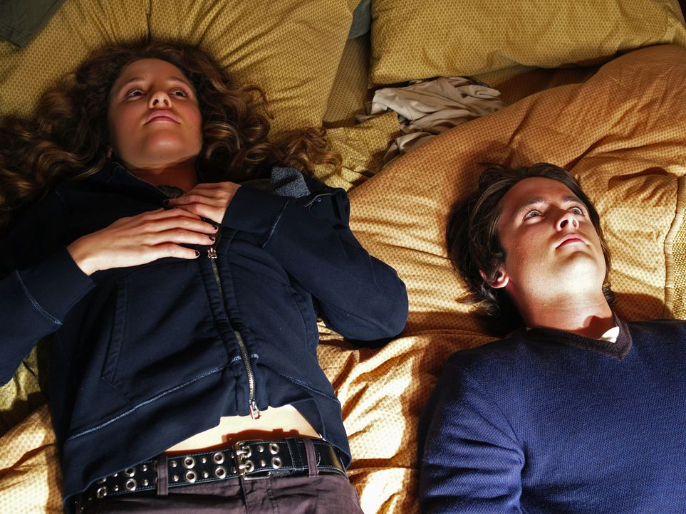 Annie (Margarita Levieva, l.) hat keine Ahnung, dass der tote Nick (Canuck Justin Chatwin, r.) sie jeden Tag begleitet ... - Bildquelle: Hollywood Pictures & Spyglass Entertainment.  All rights reserved