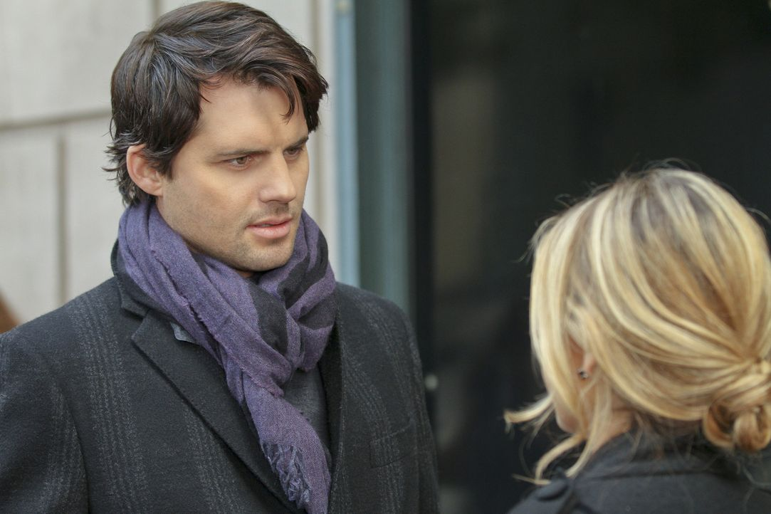Henry (Kristoffer Polaha, l.) überbringt Bridget (Sarah Michelle Gellar, r.) eine geheimnisvolle Kiste im Auftrag von Siobhan. - Bildquelle: 2011 THE CW NETWORK, LLC. ALL RIGHTS RESERVED