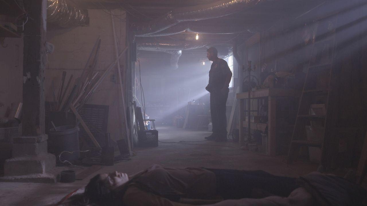 Schauriger Fund: Im Keller eines Hauses finden die Ermittler die Leiche eines junges Mädchens - eingehüllt in einen Schlafsack. - Bildquelle: MMXV DISCOVERY COMMUNICATIONS, LLC.