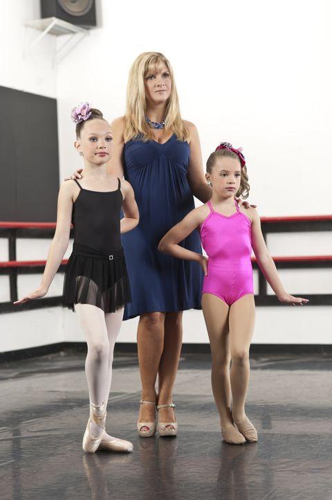 Melissa (M.) ist stolz auf ihre beiden Mädchen Maddie (l.) und Mackenzie (r.) ... - Bildquelle: Scott Gries 2012 A+E Networks