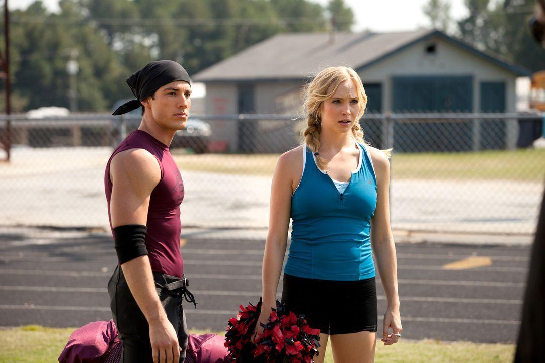 Caroline Forbes (Candice Accola, r.) warnt Tyler (Michael Trevino, l.), seine Kräfte etwas vorsichtiger einzusetzen ... - Bildquelle: Warner Bros. Television