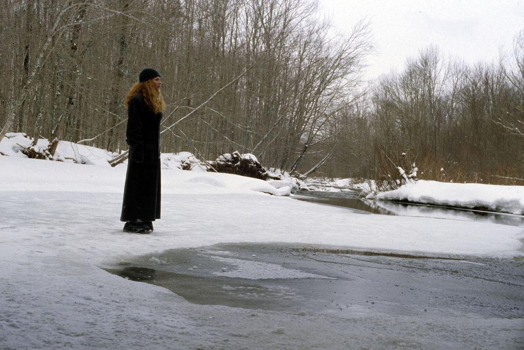 Am Unfallort trauert Carlin (Rachelle Lefevre) über einen Freund, der tot aus dem reißenden Wildbach gefischt wurde ... - Bildquelle: Myriad Pictures Inc.