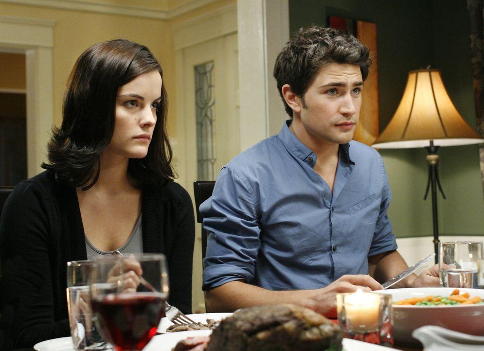 Wollen herausfinden, warum Cassidy Sarah ermordet und welche Geheimnisse er noch hat: Kyle (Matt Dallas, r.) und Jessi (Jaimie Alexander, l.) ... - Bildquelle: TOUCHSTONE TELEVISION