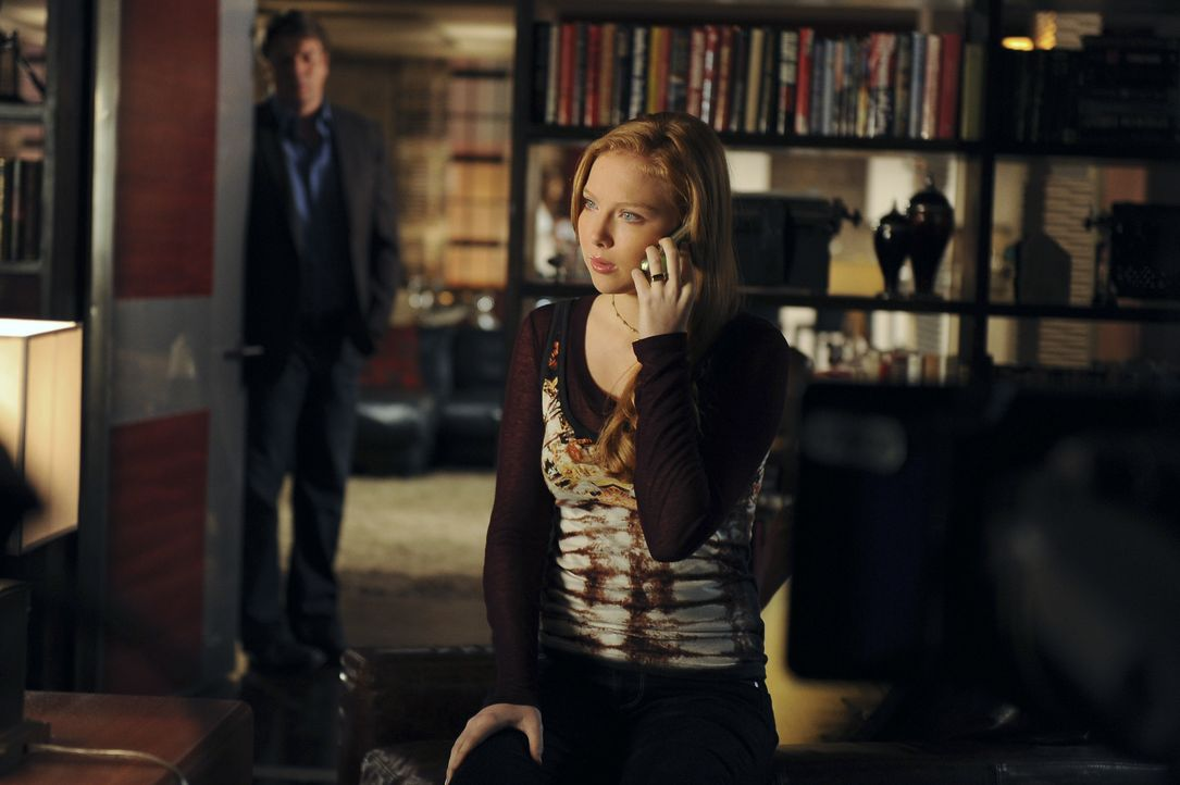 Richard Castle (Nathan Fillion, l.) bekommt zufällig mit, dass Alexis (Molly C. Quinn, r.) Beziehungsprobleme hat ... - Bildquelle: 2011 American Broadcasting Companies, Inc. All rights reserved.