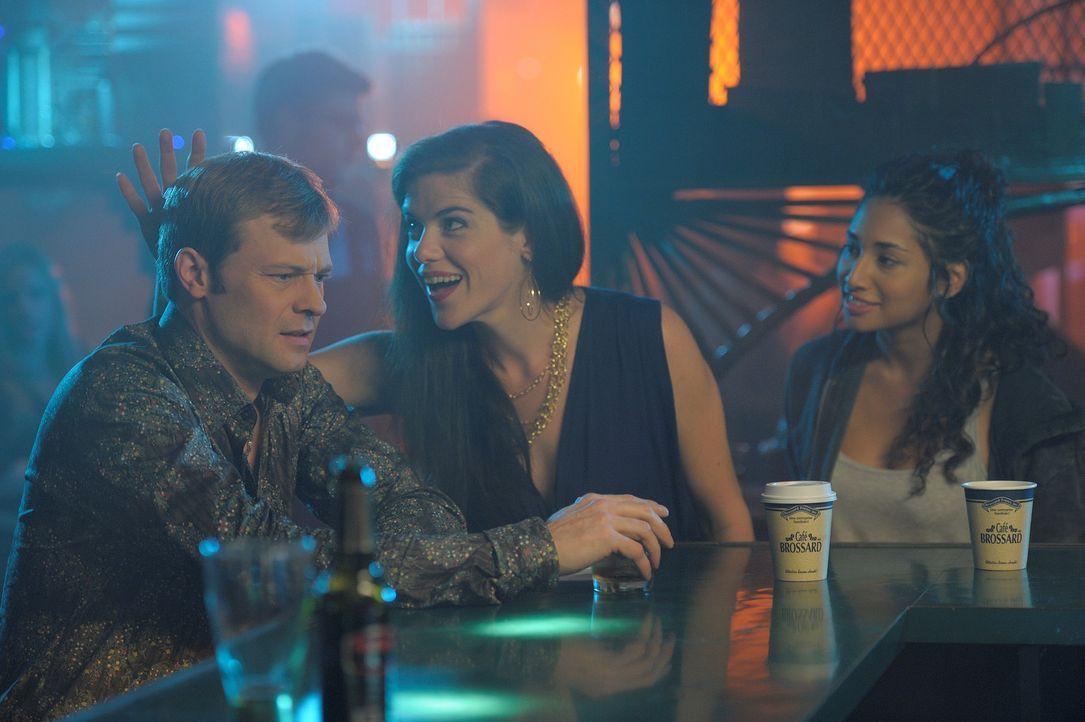 Sally (Meaghan Rath, r.) schwört Rache an Danny für ihren Tod zu nehmen. Diese Pläne nehmen Kontur an, als sie in einer Bar auf Lindsey (Kaniehti... - Bildquelle: Phillipe Bosse Syfy Channel