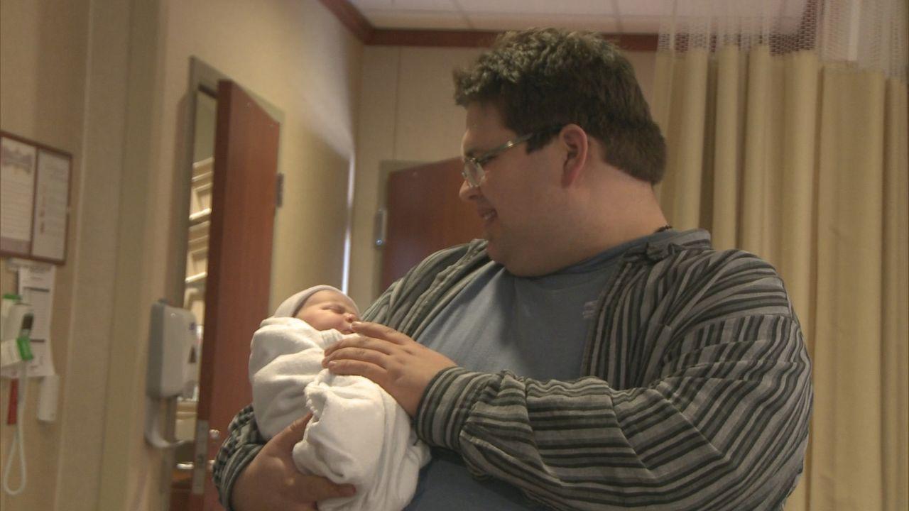 Wird sich Adam doch in seine neugeborene Tochter verlieben, wenn er sie erst einmal auf dem Arm hat? - Bildquelle: 2013 NBCUniversal Media, LLC