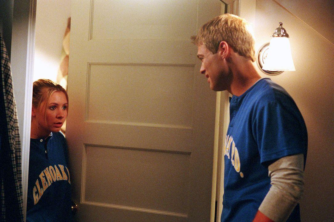 Ein Softballturnier steht kurz bevor. Kevin (George Stults, r.), der vor Lucy (Beverley Mitchell, l.) eigentlich die Einladung versteckt hat, holt s... - Bildquelle: Paul McCallum The WB Television Network