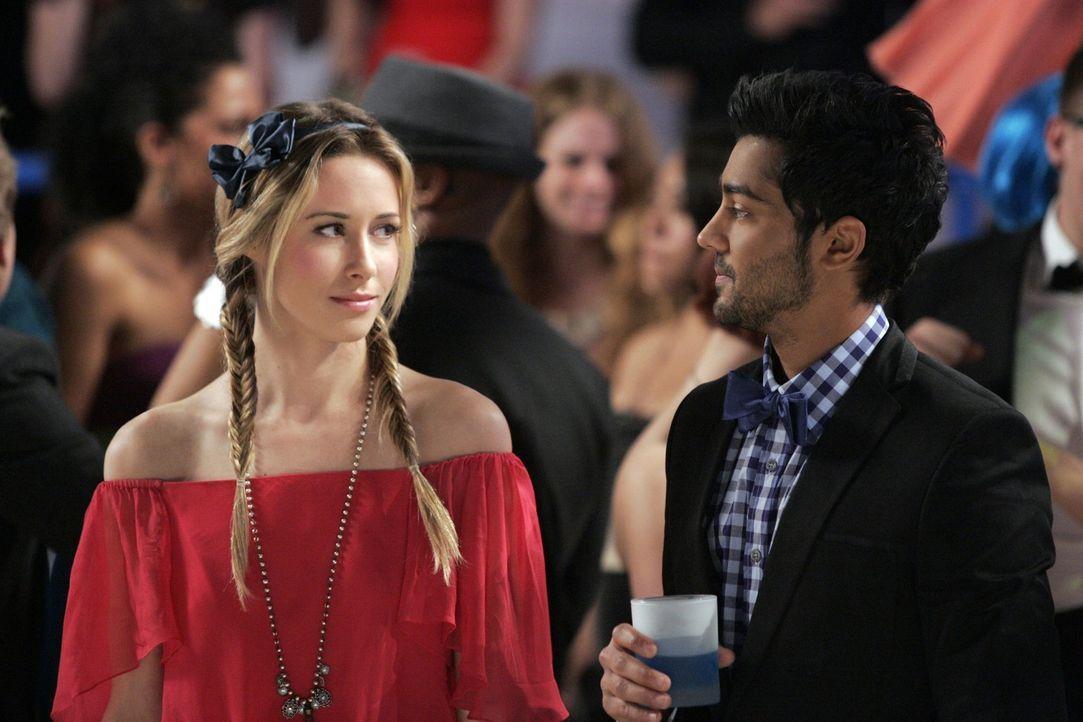 Raj Kahn (Manish Dayal, r.) betrinkt sich auf dem Abschlussball maßlos, was Ivy Sullivan (Gillian Zinser, l.) zutiefst enttäuscht ... - Bildquelle: 2011 The CW Network. All Rights Reserved.
