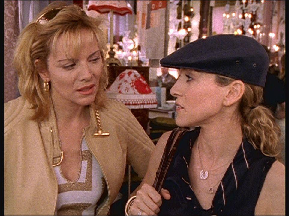 Samantha (Kim Cattrall, l.) klagt Carrie (Sarah Jessica Parker, r.) ihr Leid, dass Warren sich im Bett als eine Offenbarung erweist, aber kommunikat... - Bildquelle: Paramount Pictures