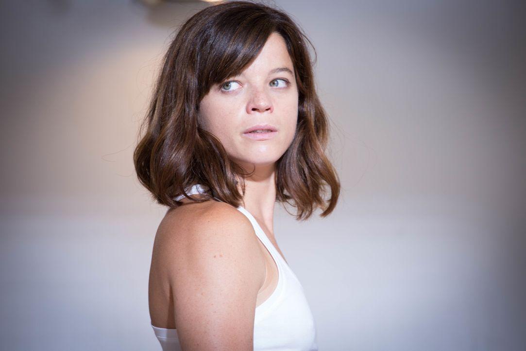 Eigentlich hatte Adèle (Juliette Roudet) darauf gehofft, dass ihre Kollegen erkennen, dass es nicht sie ist, die bei den Ermittlungen mitmischt, doc... - Bildquelle: Eloïse Legay 2016 BEAUBOURG AUDIOVISUEL / Eloïse Legay