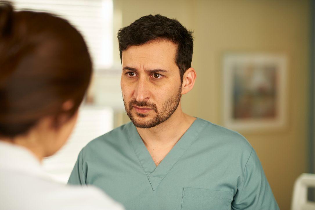 Hofft auf die Hilfe von Alex: Dr. Shahir Hamza (Huse Madhavji) ... - Bildquelle: 2012  Hope Zee One Inc.