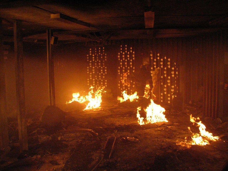 In 212 Metern Höhe mitten in einer Feuerhölle beginnt für die Feuerwehr ein gnadenloser Wettlauf mit der Zeit ... - Bildquelle: ProSieben ProSieben