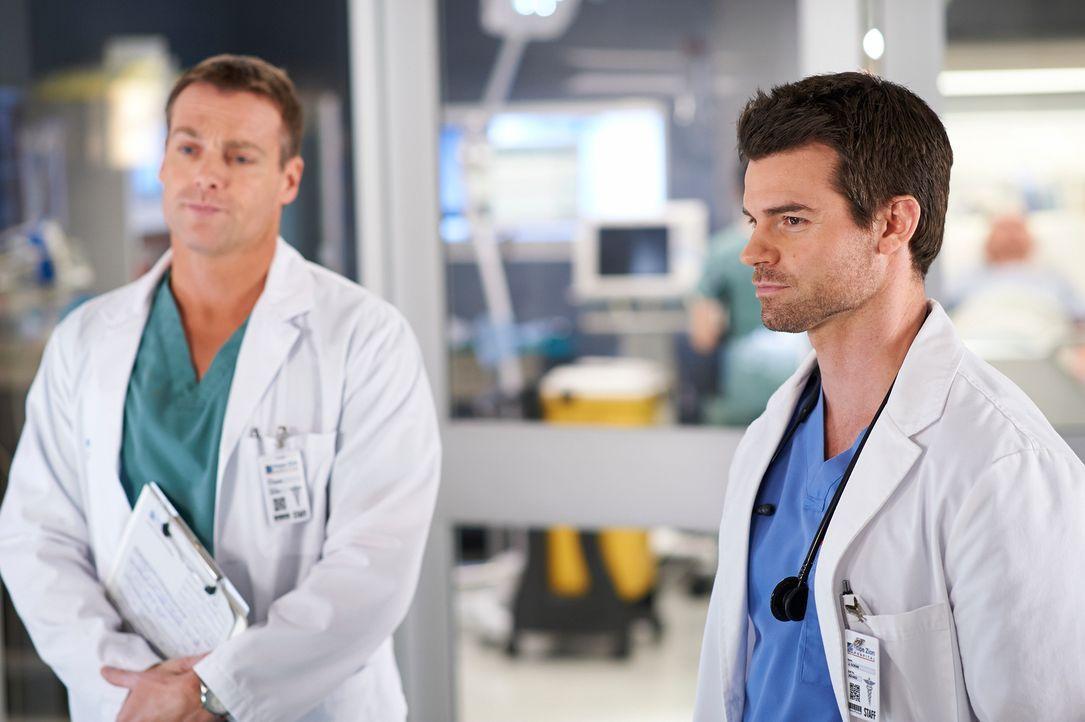 Der Ruf eines Patienten bereitet Charlie (Michael, Shanks, l.) und Joel (Daniel Gilllies, r.) einige Sorgen ... - Bildquelle: 2012  Hope Zee One Inc.