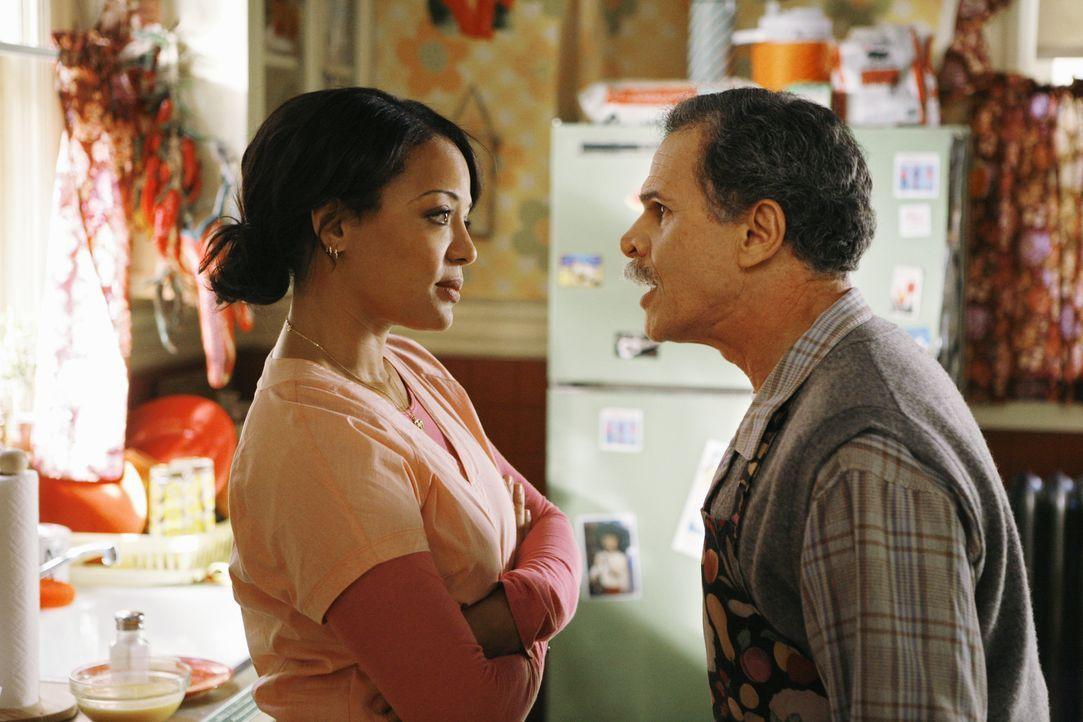Was sich liebt, das neckt sich: Immer wieder geraten Ignacio (Tony Plana, r.) und seine Krankenschwester Elena (Lauren Velez, l.) aneinander ? - Bildquelle: 2008   ABC Studios