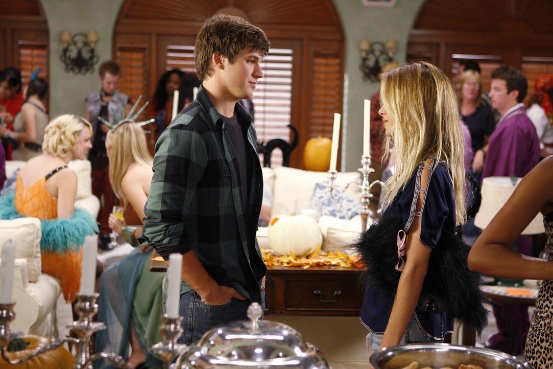 Liam (Matt Lanter, l.) und Ivy (Gillian Zinser, r.) haben sich schon am Morgen kennengelernt... - Bildquelle: TM &   CBS Studios Inc. All Rights Reserved