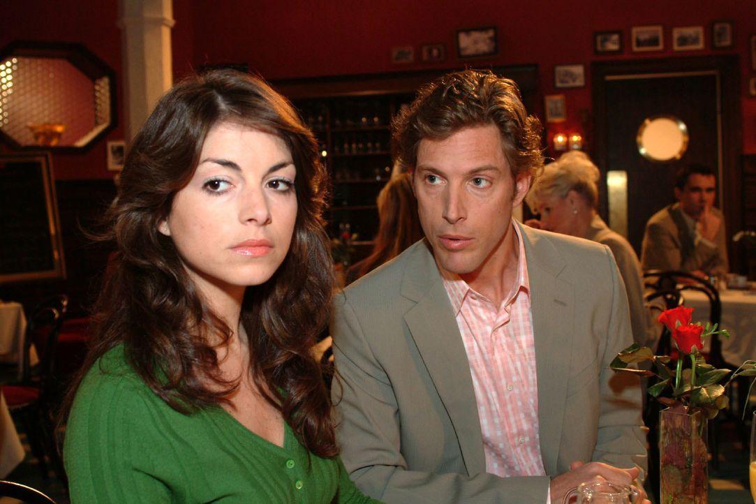 Beim Treffen mit Lars (Clayton M. Nemrow, r.) wird Mariella (Bianca Hein, l.) klar, dass sie sich entscheiden muss. - Bildquelle: Monika Schürle SAT.1 / Monika Schürle