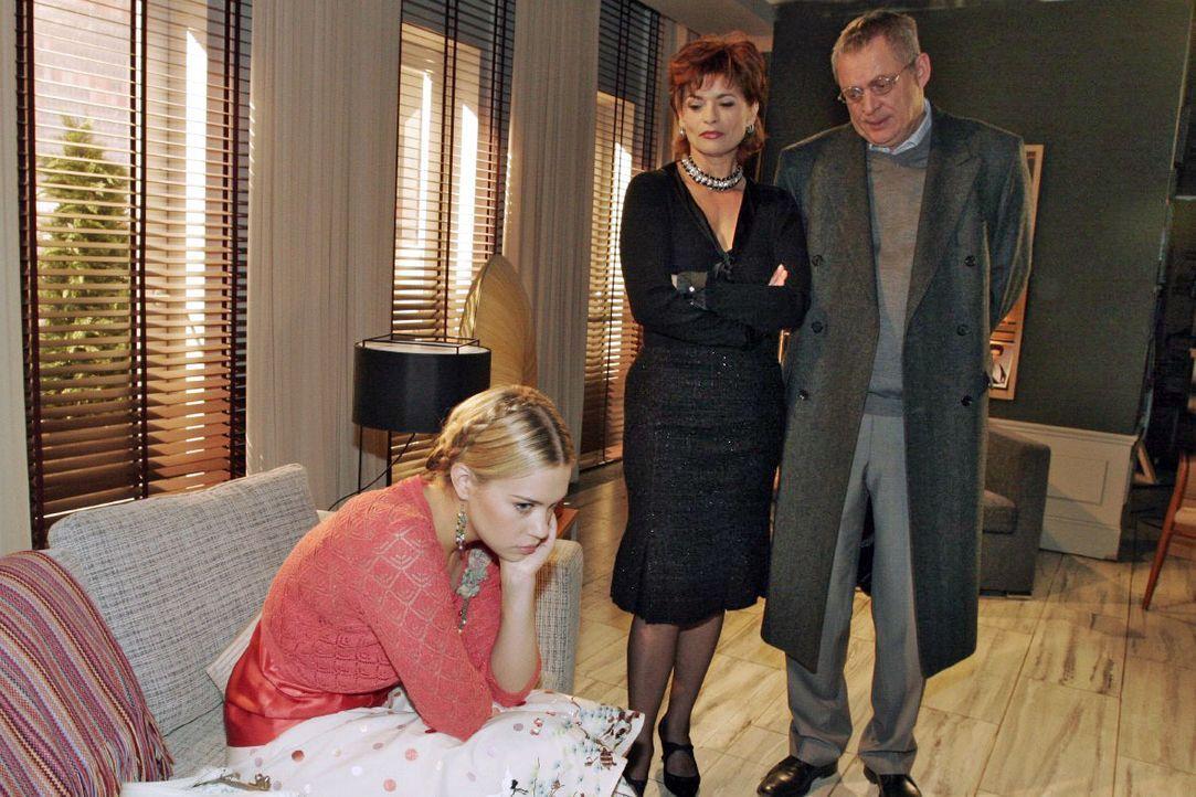 Sophie (Gabrielle Scharnitzky, M.) stellt sich auf Friedrichs (Wilhelm Manske, r.) Seite, als dieser Kim (Lara-Isabelle Rentinck, l.) in die Villa z... - Bildquelle: Noreen Flynn SAT.1 / Noreen Flynn