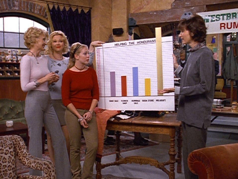 (v.l.n.r.) Zelda (Beth Broderick), Hilda (Caroline Rhea), Sabrina (Melissa Joan Hart) und Mrs. Quick (Mary Gross) hoffen, dass der Flohmarkt viel Ge... - Bildquelle: Paramount Pictures
