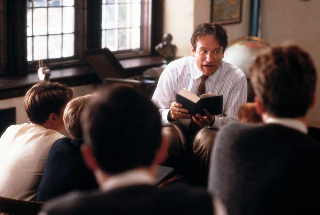John Keating (Robin Williams) versteht es die Neugier der Schüler zu wecken. - Bildquelle: Touchstone Pictures