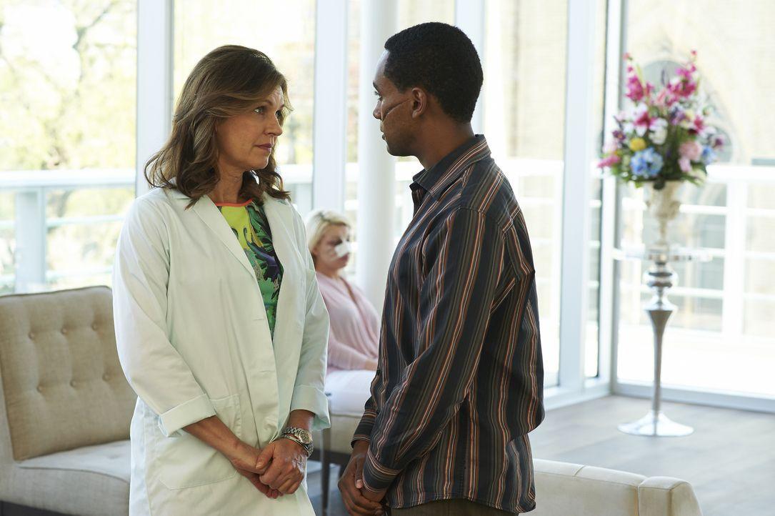 Wird Dana (Wendy Crewson, l.) den entstellten Den Bailli (Araya Mengesha, r.) operieren, um einen alten Freund einen Gefallen zu tun? - Bildquelle: 2013  Hope Zee Two Inc.