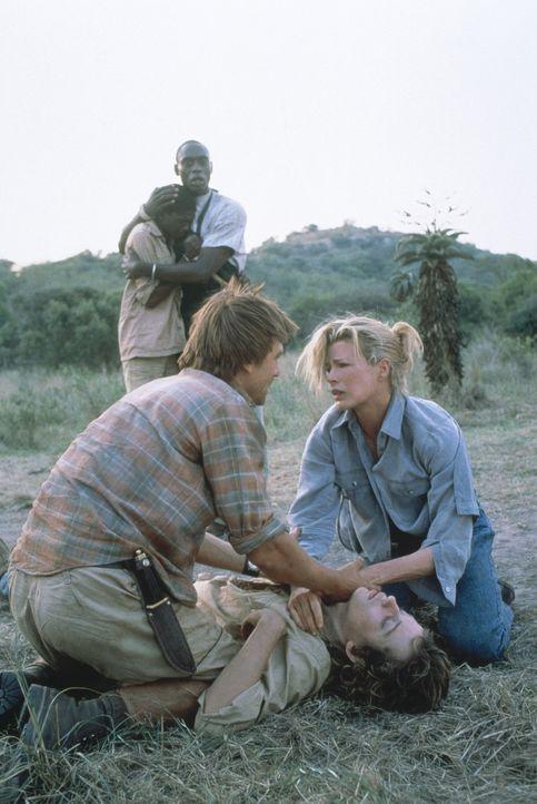 Ein großer Schock für Kuki (Kim Basinger, r.): Paolo (Vincent Perez, liegend) wird von einem seiner Streifzüge schwer verletzt nach Hause gebrach... - Bildquelle: Columbia Pictures