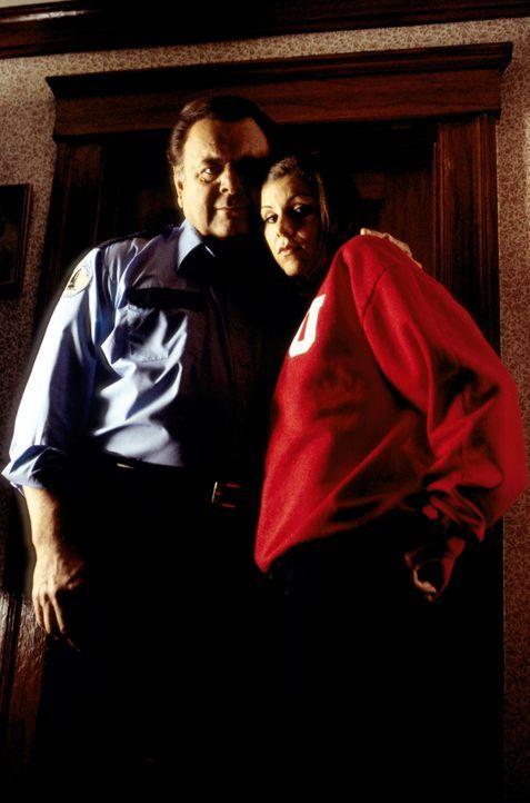 Bei Familie De Lucca geht es wieder einmal drunter und drüber. Frank (Paul Sorvino, l.) versucht einen kühlen Kopf zu bewahren und seine Tochter Lyd... - Bildquelle: CBS Television
