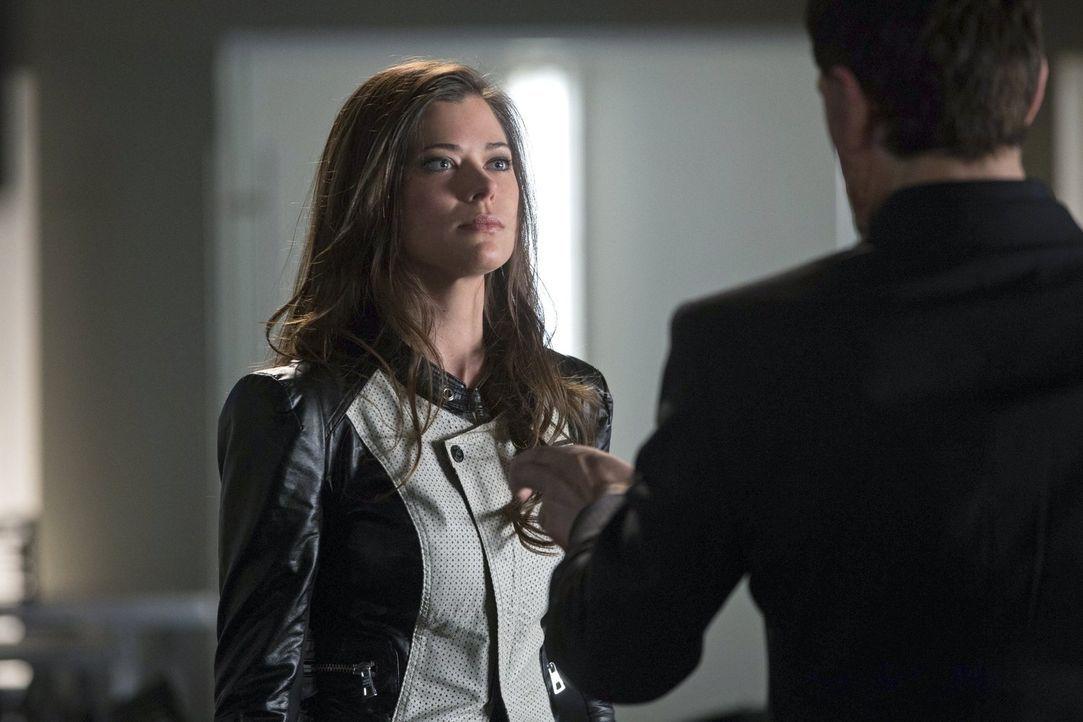 Wird der Versuch die Menschheit zu retten Cara (Peyton List) das Leben kosten? - Bildquelle: Warner Bros. Entertainment, Inc