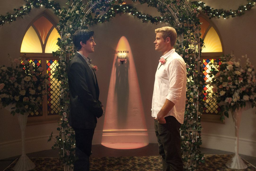 Teddy (Trevor Donovan, r.) und Shane (Ryan Rottman, l.) heiraten in Las Vegas - wenn auch nur zum Schein ... - Bildquelle: 2011 The CW Network. All Rights Reserved.