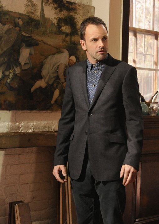 Wird mit einer Person aus seiner Vergangenheit konfrontiert: Sherlock Holmes (Jonny Lee Miller) ... - Bildquelle: CBS Television