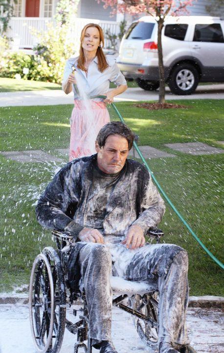Bree (Marcia Cross, l.) kann den Gestank von Orson (Kyle MacLachlan, r.) nicht mehr ertragen, der sich weigert endlich mal wieder zu baden ... - Bildquelle: ABC Studios
